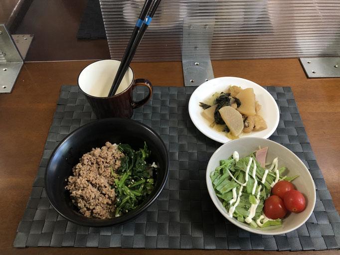 7月12日月曜日、Ohana朝食「二色そぼろ丼(ひき肉、ほうれん草)、小松菜と大根の煮物、水菜サラダ(ハム、プチトマト)」