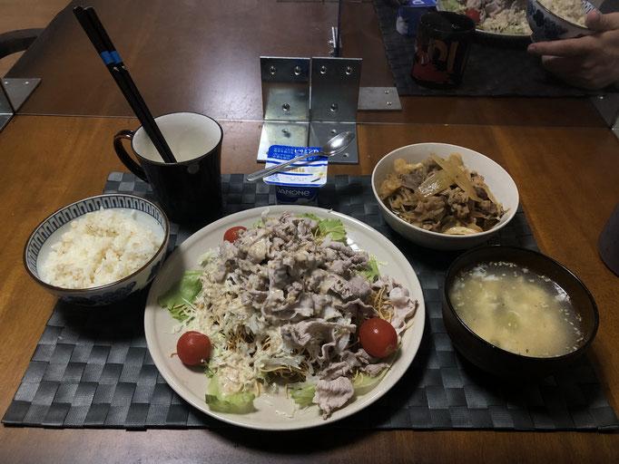 9月19日土曜日、Ohana夕食「パリパリ麺のサラダ、皿うどんの麺、豚肉、キャベツ、レタス、プチトマト)、野菜たっぷり焼肉、たまごスープ、ヨーグルト」