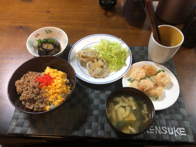 3月30日月曜日、Ohana夕食「三色丼(肉そぼろ、たまご、紅しょうが)、みそ汁(わかめ、油揚げ)、海老マヨネーズ、レンコンのはさみ揚げ、ナスのだし浸し」
