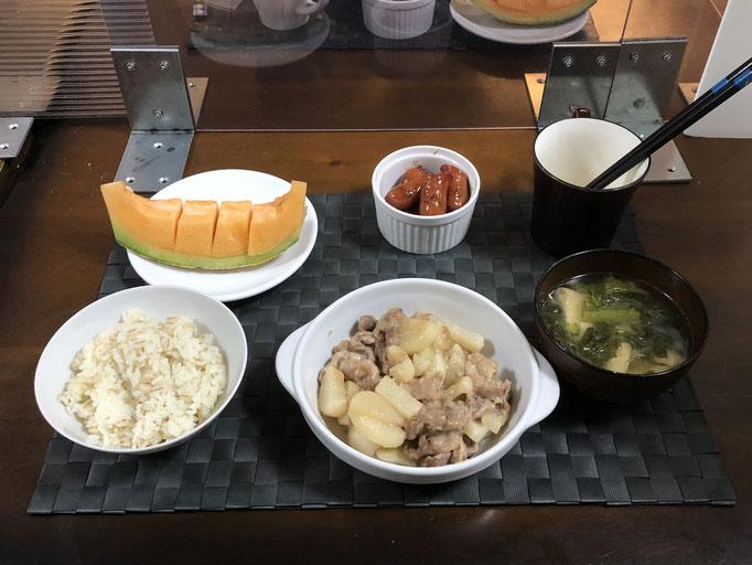 2月14日日曜日、Ohana夕食「大根と豚肉炒め、ウインナーの甘辛煮、みそ汁(カブの葉、油揚げ)、メロン」