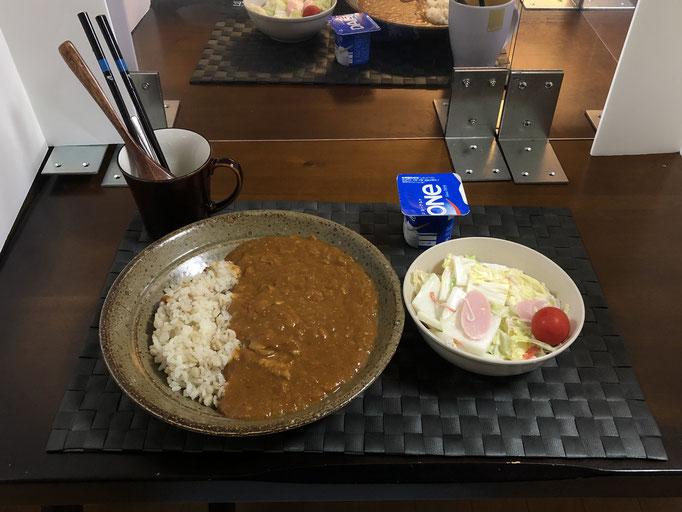 9月14日月曜日、Ohana朝食「バターチキンカレーライス、サラダ(白菜、ソーセージ、プチトマト)、ヨーグルト」
