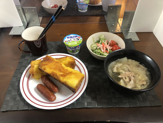 12月13日日曜日、Ohana朝食「フレンチトースト、炒めウインナー2本、豚肉と白菜のミルフィーユスープ、サラダ(水菜、ツナ、プチトマト、カニカマ)、ヨーグルト」