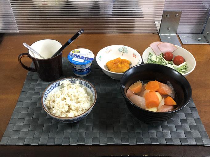 5月17日月曜日、Ohana朝食「ポトフ、サラダ(水菜、きゅうり、ハム、プチマト)、かぼちゃの甘煮、ヨーグルト」