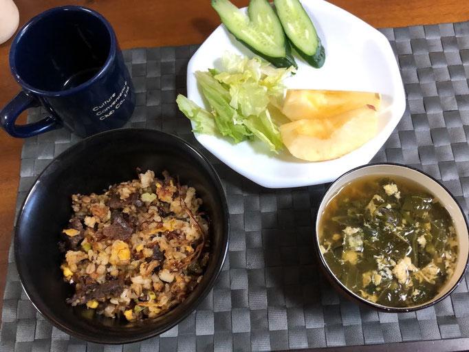 2月10日月曜日、Ohana朝食「プルコギ炒飯、サラダ(レタス、きゅうり、りんご)、かき玉汁」