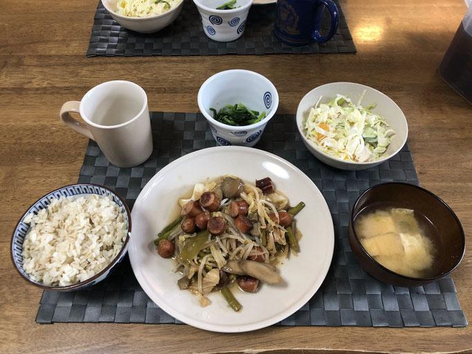 5月9日土曜日、Ohana朝食「ごぼうとウインナーの野菜炒め(ネギ、キャベツ、ナス、もやし、アスパラ)、ほうれん草の胡麻和え、サラダ(キャベツ、みかん、ハム、きゅうり)、みそ汁(油揚げ、ねぎ)」