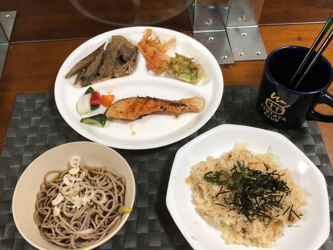 7月12日日曜日、Ohana夕食「鮭の西京焼き、ごぼうと豚肉の煮物、パプリカとキュウリとタマネギのピクルス、かき揚げそば」