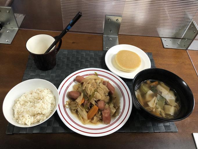 6月6日日曜日、Ohana朝食「ウインナーとキャベツの野菜炒め(もやし、ピーマン、人参)、チンゲン菜と舞茸の入ったワンタンスープ、プチパンケーキ」