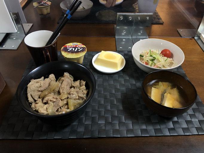 10月11日日曜日、Ohana夕食「豚丼、もやしとカンタン酢サラダ(きゅうり、プチトマト)、みそ汁(ねぎ、豆腐)、玉子とうふ、プリン」