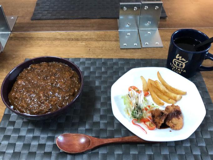 7月12日日曜日、Ohana朝食「ポークカレー丼、、大根サラダ、ブロッコリースプラウト、フライドポエテト、串カツ」