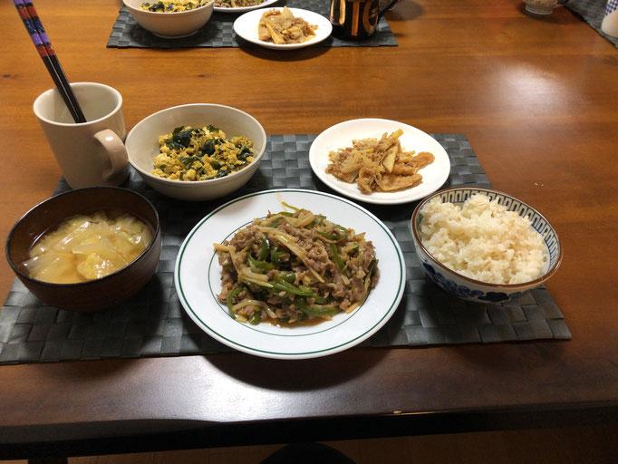 4月15日水曜日、Ohana夕食「チンジャオロース、たけのこと油揚げの胡麻和え、豆腐とワカメのジャコ炒め、みそ汁(玉ねぎ、キャベツ)」