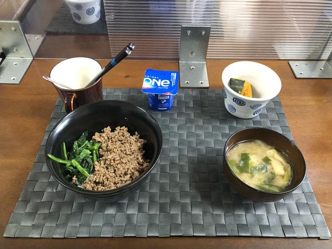 6月7日月曜日、Ohana朝食「ほうれん草とそぼろの二色丼、みそ汁(油揚げ、ねぎ)、カボチャの煮物、ヨーグルト」