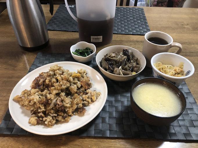 2月13日木曜日、Ohana夕食「チャーハン、ナスと豚肉の味噌炒め、ほうれん草のごま和え、たまごスープ、もやしと油揚げの中華風ナムル」