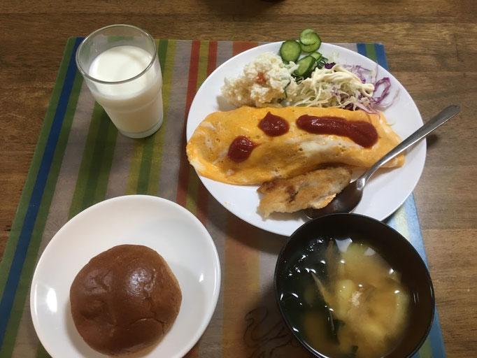 7月14日日曜日、Ohana朝食「オムレツ、チキンソテー1切れ、ポテサラ、線キャベツ、きゅうりの塩もみ、味噌汁(ジャガイモ、わかめ)、黒糖ロール、牛乳」
