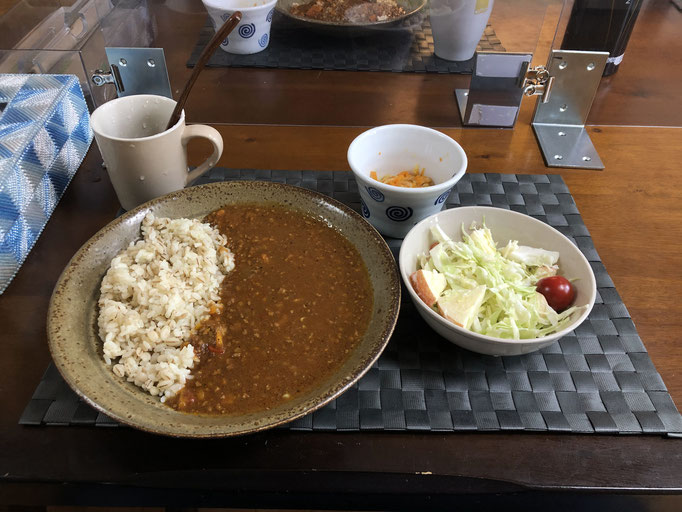 6月15日月曜日、Ohana朝食「キーマカレー、サラダ(キャベツ、リンゴ、プチトマト)、切り干し大根」