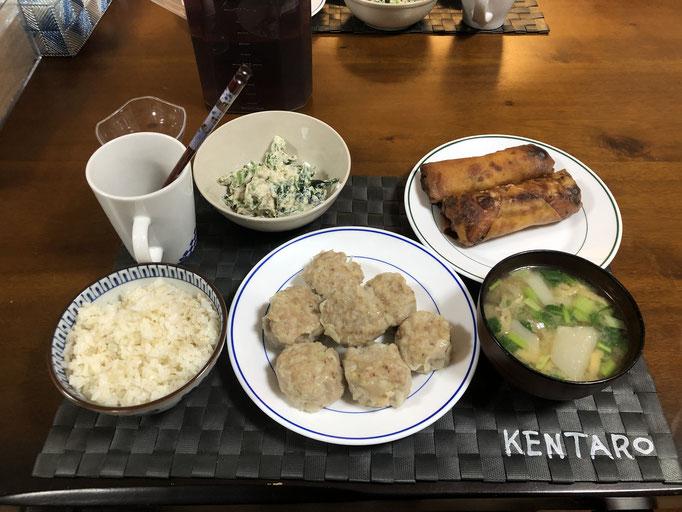 4月8日水曜日、Ohana夕食「しゅうまい、春巻き(ねぎ、ささみ、チーズ)、ほうれん草のしらあえ、かぶのみそ汁」