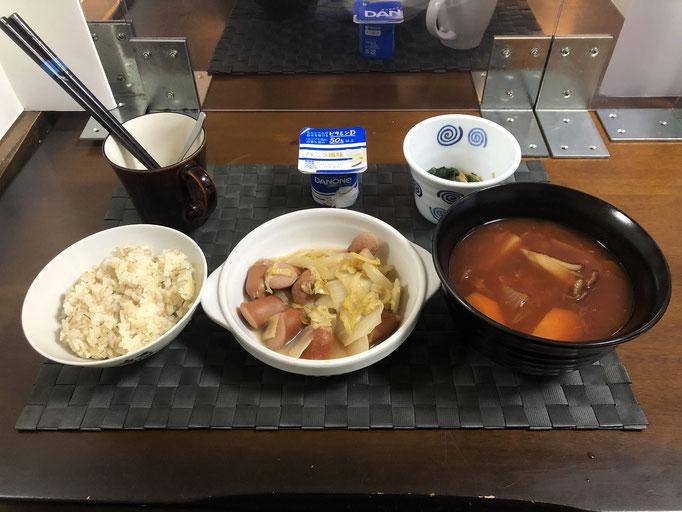2月1日月曜日、Ohana朝食「白菜とウインナーのアヒージョ、野菜たっぷりのトマトスープ(玉ねぎ、人参、じゃがいも、舞茸)、ほうれん草となめ茸和え、ヨーグルト」