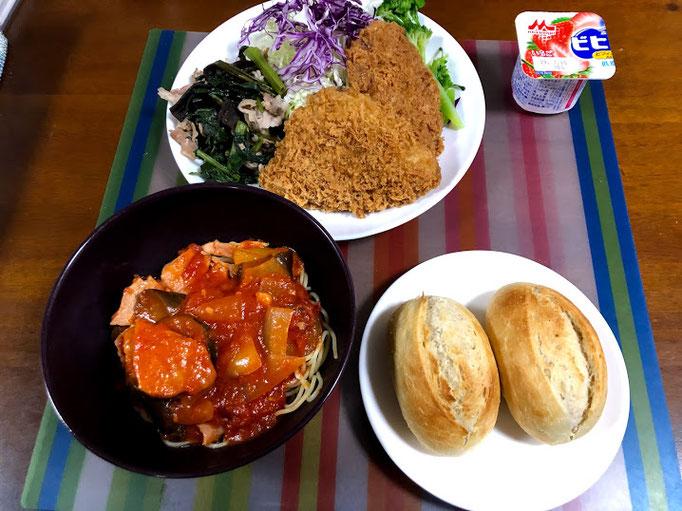 6月30日日曜日、Ohana夕食「メンチカツ、鯵フライ、空芯菜ときくらげ豚肉炒め、千切りキャベツ、ブロッコリ、夏野菜パスタ、コストコ半熟成パン、ヨーグルト」