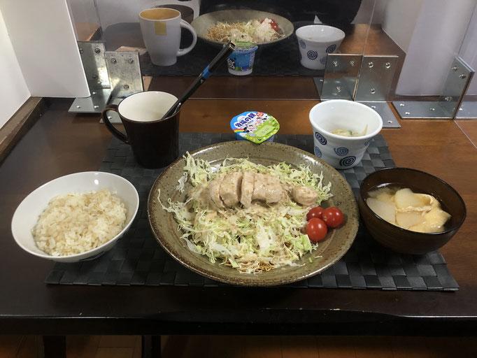 1月31日日曜日、Ohana夕食「蒸し鳥のせパリパリサラダ、みそ汁(大根、油揚げ)、もやしときゅうりとツナの酢の物、ヨーグルト」
