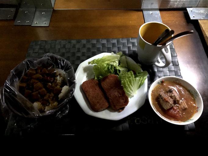 3月11日木曜日、Ohana夕食(災害食)「レトルトカレー、炊飯袋の白米、炊飯袋の鯖トマト煮、スパム、レタス」