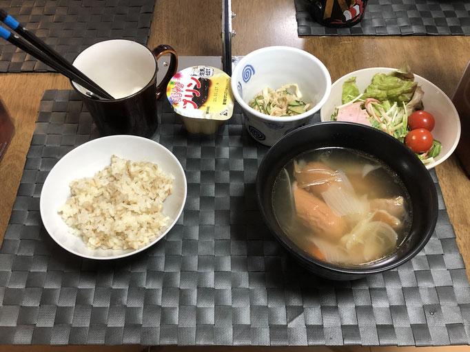 1月20日水曜日、Ohana朝食「ポトフ(キャベツ、人参、玉ねぎ、ウインナー)、サラダ(サニーレタス、水菜、ハム、プチトマト)、切り干し大根とキュウリとツナの酢の物、プリン」
