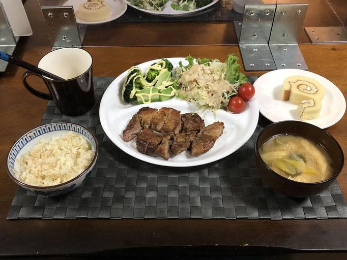 1月9日土曜日、Ohana夕食「ガーリックペッパーポークステーキ、サラダ(グリーンリーフ、キャベツ、プチトマト)、ブロッコリー、みそ汁(ねぎ、油揚げ)、ロールケーキ」