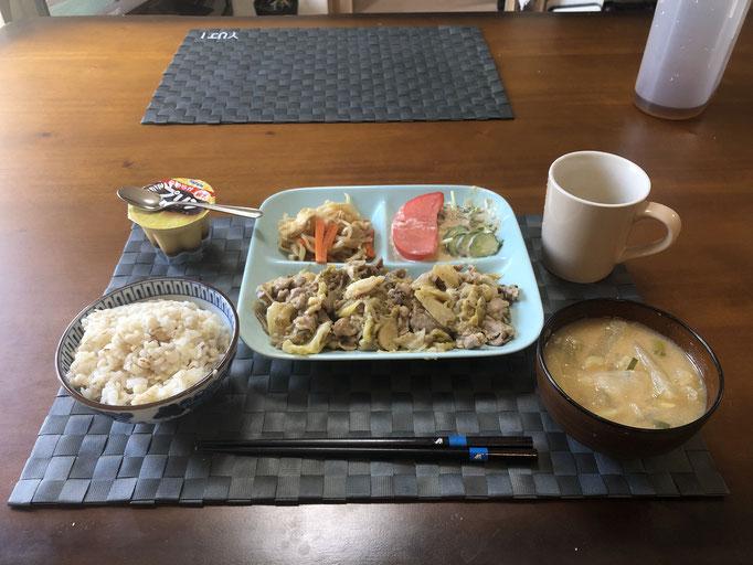 3月1日日曜日、Ohana朝食「キャベツともやしと豚肉の味噌炒め、切り干し大根、サラダ(水菜、きゅうり、ツナ、トマト)、みそ汁(大根、玉ねぎ、ねぎ)、プリン」