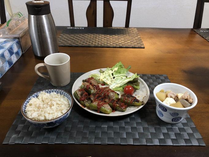 3月8日日曜日、Ohana夕食「ピーマンの肉詰め、生野菜(レタス、プチトマト)、大根と鶏肉の煮物(人参、厚揚げ、こんにゃく)」