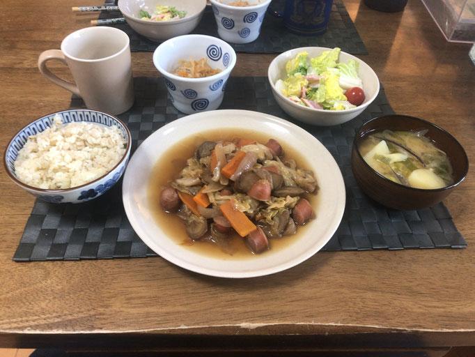 4月26日日曜日、Ohana朝食「ウインナーとごぼうのピリ辛煮(キャベツ、人参、玉ねぎ)、切り干し大根、味噌汁(ねぎ、白菜、じゃがいも)、サラダ(白菜、カニカマ、ハム、プチトマト)」