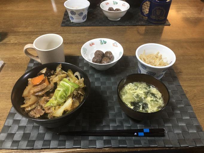 4月30日木曜日、Ohana夕食「野菜たっぷりカルビ丼(きゃべつ、もやし、玉ねぎ、ねぎ、ナス、人参)、もやしのナムル、ワカメとタマゴスープ、チョコ4個」