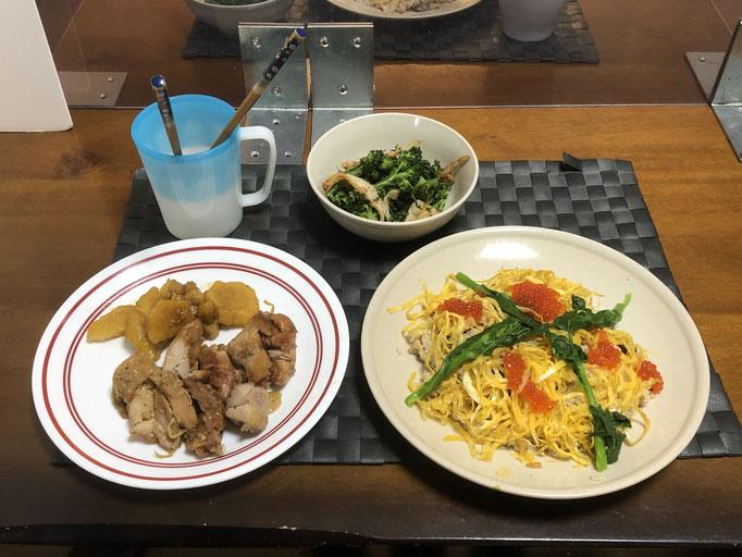 3月3日水曜日、Ohana夕食「そぼろずしのイクラ飾り、鶏肉とさつま芋の照り煮、ブロッコリーとさつまあげのからしじょうゆ」