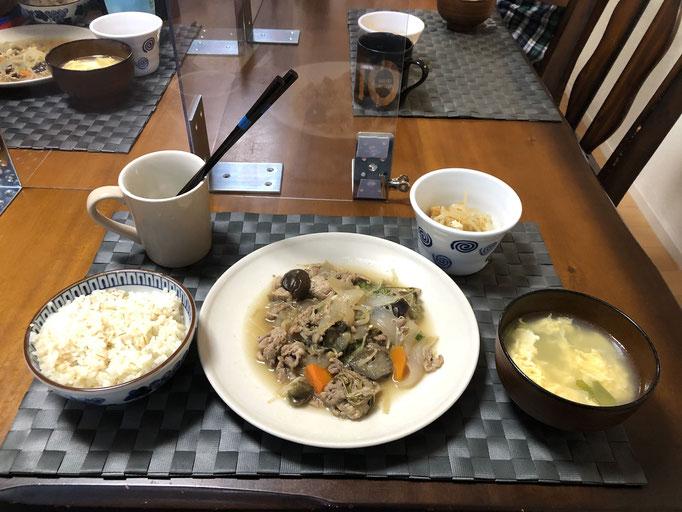 6月11日木曜日、Ohana夕食「茄子と水菜の甘酢煮(玉ねぎ、ねぎ、人参、豚肉、生姜、もやし)、たまごスープ、もやしのナムル」