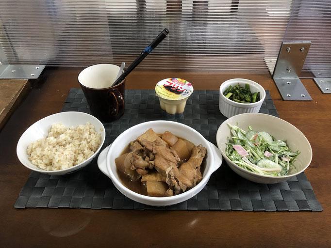 3月29日月曜日、Ohana朝食「鶏と大根のさっぱり煮、かき菜のお浸し、サラダ(水菜、きゅうり、ベーコン、カニカマ)、プリン」