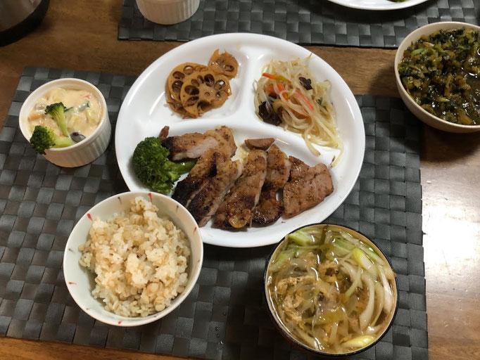 1月5日日曜日、Ohana夕食「ポークステーキ、もやしと舞茸の炒物、蓮の金平、アセドニアサラダ、茹でブロッコリー、ねぎと玉子のすまし汁、グラタン」