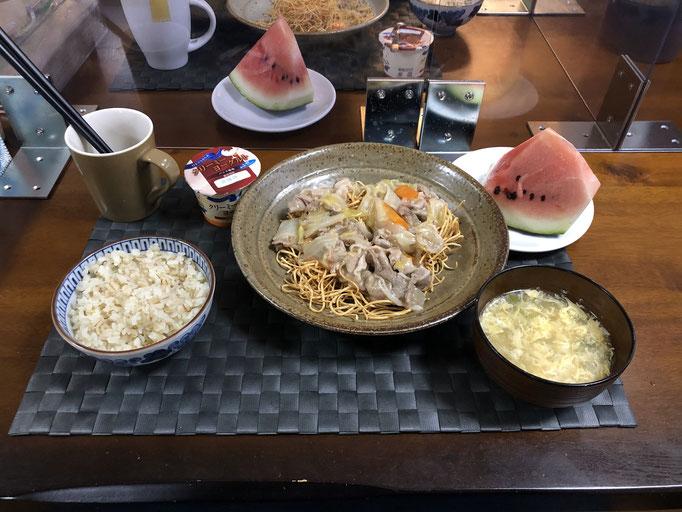 7月26日日曜日、Ohana夕食「皿うどん(白菜、キャベツ、人参、玉ねぎ、豚肉、カニカマ)、あんかけ玉子スープ、スイカ、ヨーグルト」