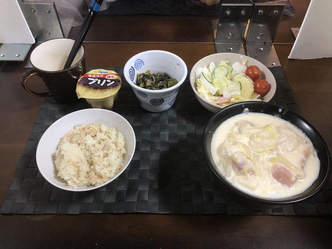 12月27日日曜日、Ohana夕食「カルボナーラ味うどん(白菜、玉ねぎ、ベーコン)、サラダ(白菜、ソーセージ、パイナップル、プチトマト)、大根の葉の佃煮、プリン」