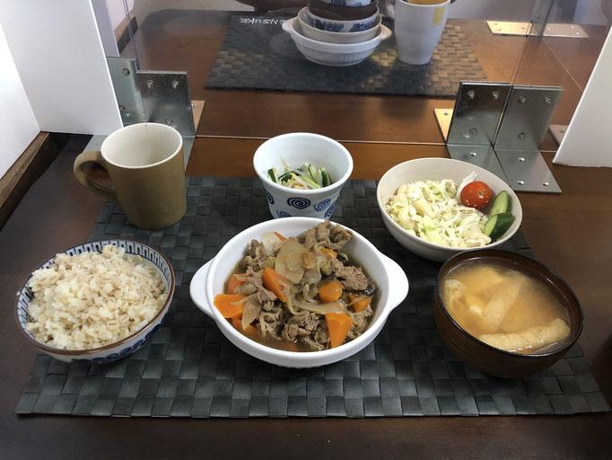 9月5日土曜日、Ohana朝食「野菜の炒め煮(玉ねぎ、ナス、もやし、人参、豚肉)、マカロニサラダ(キャベツ、ツナ、キュウリ、プチトマト)、もやしとキュウリの酢の物、みそ汁(ねぎ、豆腐、油揚げ)」