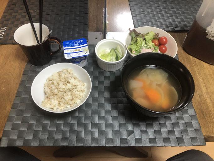 1月29日金曜日、Ohhana朝食「ポトフ、サラダ(水菜、サニーレタス、プチトマト)、白菜ときゅうりの浅漬け、ヨーグルト」