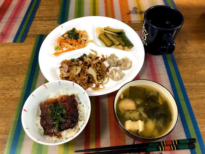 7月17日水曜日、Ohana朝食「ミニサンマの蒲焼丼、ミニ焼きそば、春雨サラダ、きゅうりと玉ねぎのごま油漬け、味噌汁(ネギ、わかめ、麩)」