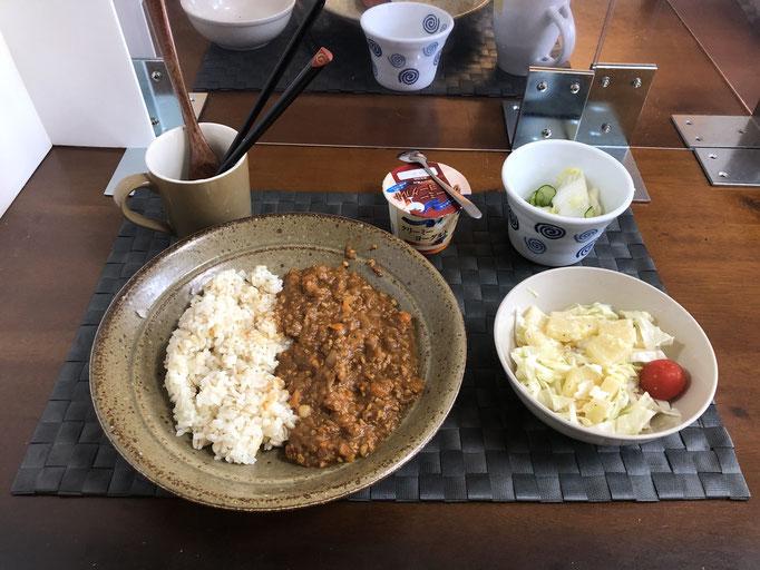 8月9日日曜日、Oahana朝食「キーマカレー、サラダ(キャベツ、パイン、カニカマ、プチトマト)、白菜ときゅうりの浅漬け、ヨーグルト」