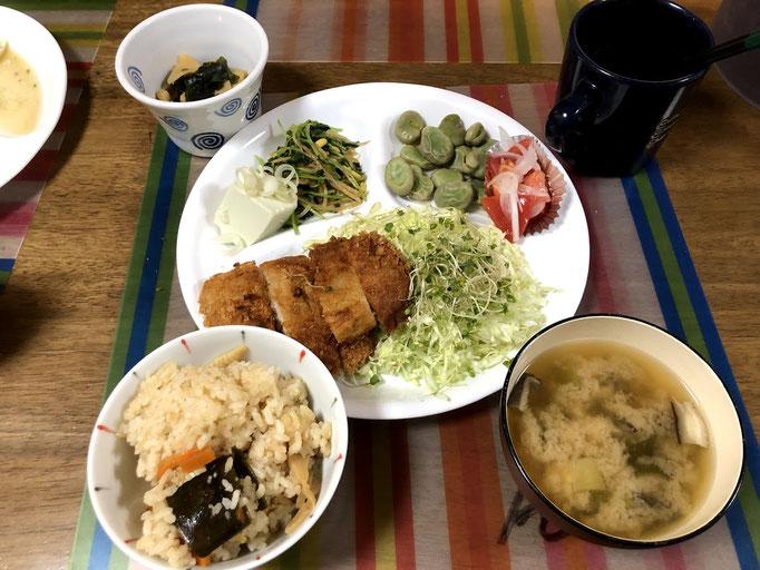5月17日金曜日、Ohana夕食「とんかつ、線キャベツブロッコリースーパースプラウトのせ、たけのこ煮、そら豆、豆苗のおひたし奴、たけのこご飯、味噌汁」