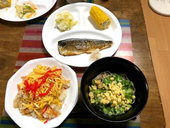 8月15日木曜日、Ohana夕食「田舎ちらし、冷やしたぬきそば、さばの塩焼き(大根おろし添え)、白菜漬け、とうもろこし、すいか」