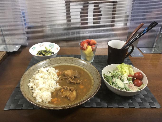 5月9日日曜日、Ohana夕方「ポークカレーライス、サラダ(水菜、きゅうり、レタス、プチトマト)、小松菜とちくわの白ごま和え、カットパインとイチゴ」