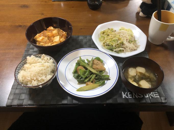 4月1日水曜日、Ohana夕食「ピーマンとアスパラガスと鶏肉のマヨ醤油炒め、麻婆豆腐、キャベツとアサリの酒蒸し、みそ汁(おふ、わかめ)」