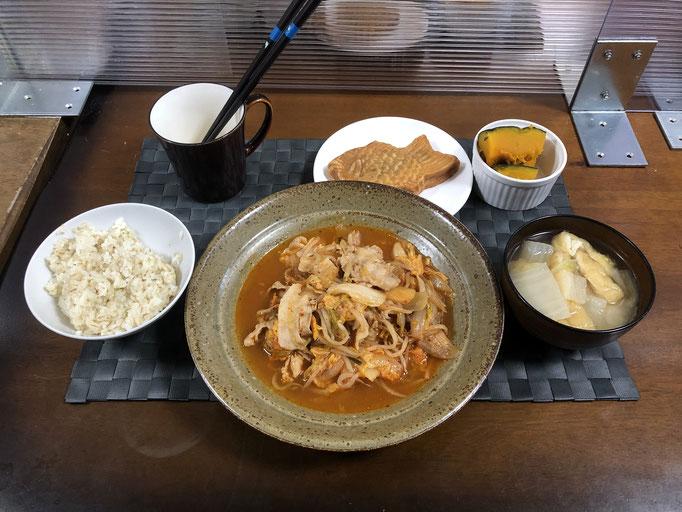 3月28日日曜日、Ohana夕食「ブタキムチ、みそ汁(白菜、油揚げ)、かぼちゃの煮物、たい焼き」