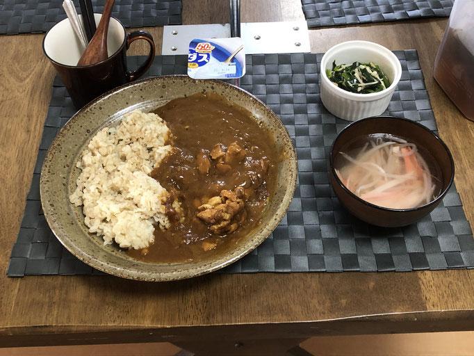 4月3日土曜日、Ohana朝食「バターチキンカレーライス、もやしとカニカマの中華スープ、ほうれん草となめ茸和え、ヨーグルト」