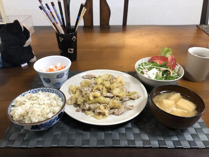 2月17日月曜日、Ohana朝食「味噌野菜炒め(キャベツ、豚肉)、サラダ(水菜、白菜、トマト、ハム)、紅白なます(大根、人参)、みそ汁(油揚げ、ねぎ)」