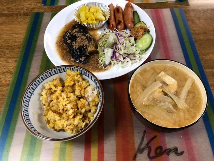 7月1日月曜日、Ohana朝食「茄子と豚ひき肉のあんかけ、ウインナー2本、カリフラワーのカレーピクルス、線キャベツ、きゅうり、ご飯(カレーそぼろ)、味噌汁(大根、玉ねぎ、油揚げ」