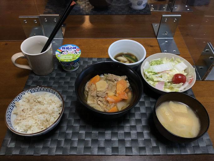 7月10日金曜日、Ohana夕食「肉じゃが、サラダ(白菜、ハム、カニカマ、プチトマト)、みそ汁(ねぎ、油揚げ)、きゅうりの漬け物、ヨーグルト」