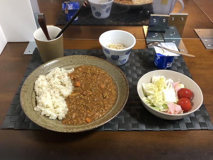 8月8日土曜日、Ohana夕食「キーマカレー、サラダ(白菜、ハム、カニカマ、プチトマト)、もやしのナムル、ヨーグルト」