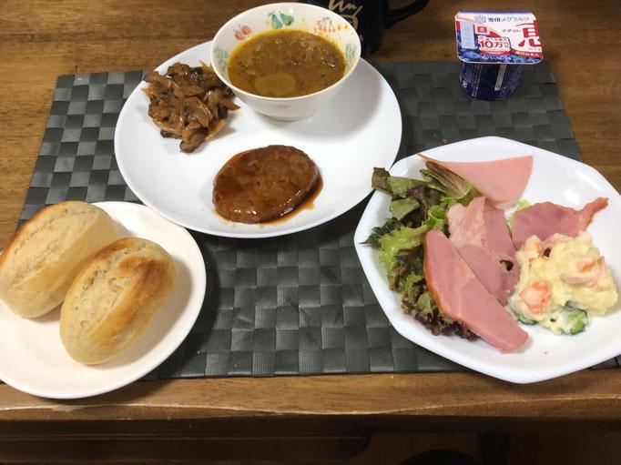 10月6日日曜日、Ohana夕食「カレー、ハンバーグ、きのこ煮、サラダ、コストコ半熟成パン、ヨーグルト」